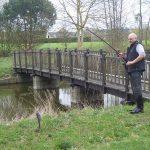Pêche à coté du pont